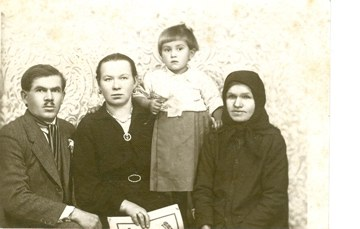 Julia Tronkos with Grandmother, Aunt and Uncle in Livada_2